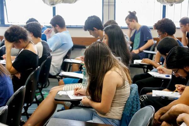 Estudantes da PUCPR na sala de aula