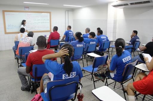 Pessoas estudando no Sesi