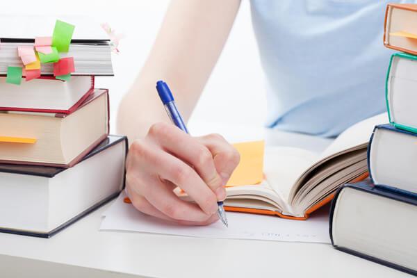 Menina com livros estudando para o programa Educa Mais Brasil