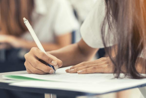 Menina escrevendo realizando o vestibular da UEM