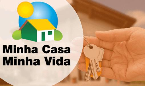 Pessoa segurando as chaves de sua casa proporcionados pelo programa Minha Casa Minha Vida