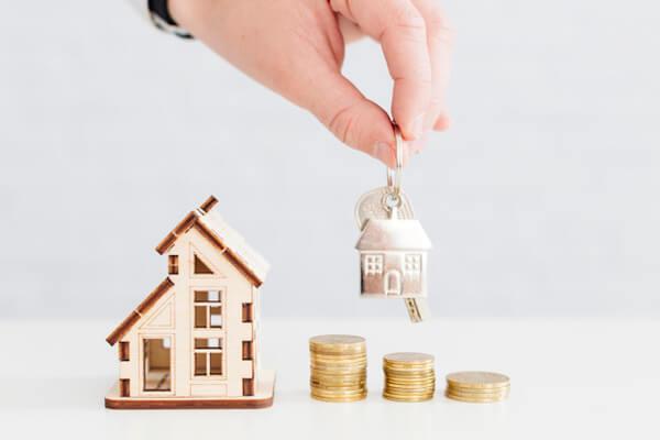 Pessoa segurando as chaves de sua nova casa pelo programa Minha Casa Minha Vida